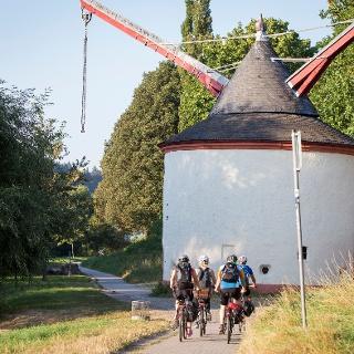 Radfahrer vor einem historischen Krahn