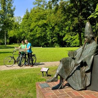 Bischhof-Skulptur Klosterpark Harsefeld