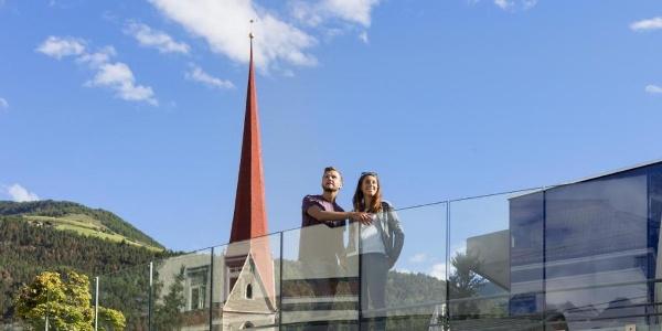 Kulturhausplatz Schlanders mit Blick zum Kirchturm