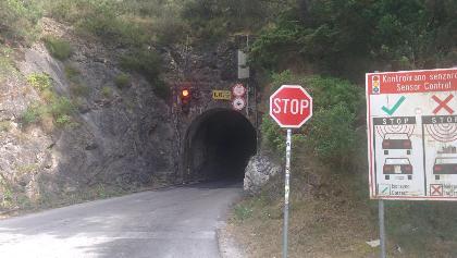 Vor dem Tunnelportal zweigt die Route nach rechts ab