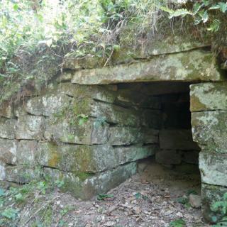 Gewitterschutzhöhle an Trockenmauer