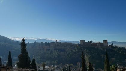 Blick auf die Burg und die dahinter liegenden Berge