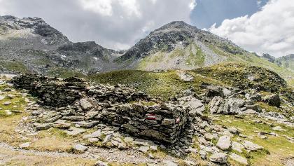 Ruine einer historischen Knappenbehausung im Vetternkar - im Hintergrund die Engelkarspitze