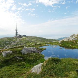 Restaurant sky:skraperen mit Bergstation und Sendemast auf dem Ulriken