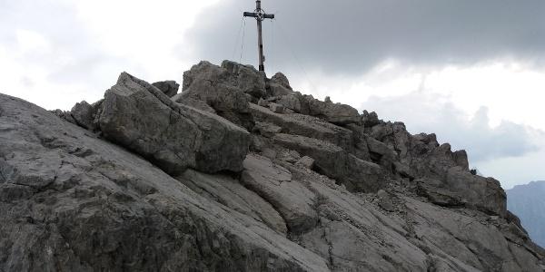 Letzte Meter nach der Kletterstelle zum Gipfelkreuz.