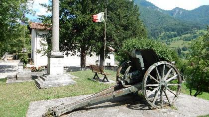 Cannone con la chiesa sullo sfondo