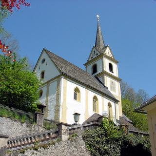Pfarrkirche St. Urban nahe des Gemeindezentrums, Südwestansicht