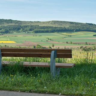 Auf dem Wörnitzweg zwischen Wassertrüdingen und Aufkirchen mit Blick auf den Hesselberg