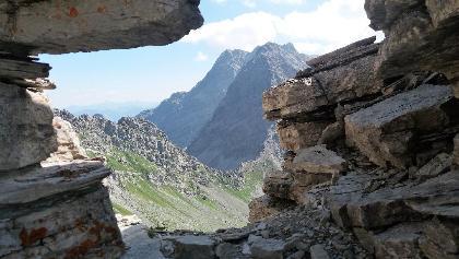 Felsenfenster mit Blick auf Hornspitz und Panüelerkopf.