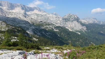 Recht vor dem Gipfel des Bila Pec ist die Bergstation der Seilbahn erkennbar