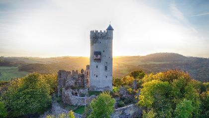 Blick von oben auf Burg Olbrück