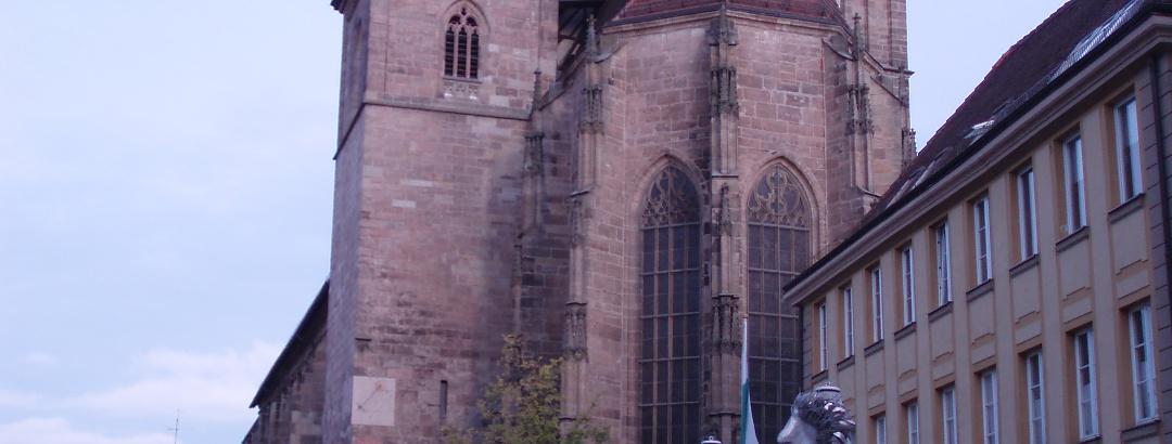 """Ansbach, St. Johannes, """"Mann mit Koffer"""" von Kurt Laurenz Metzler (2002)"""