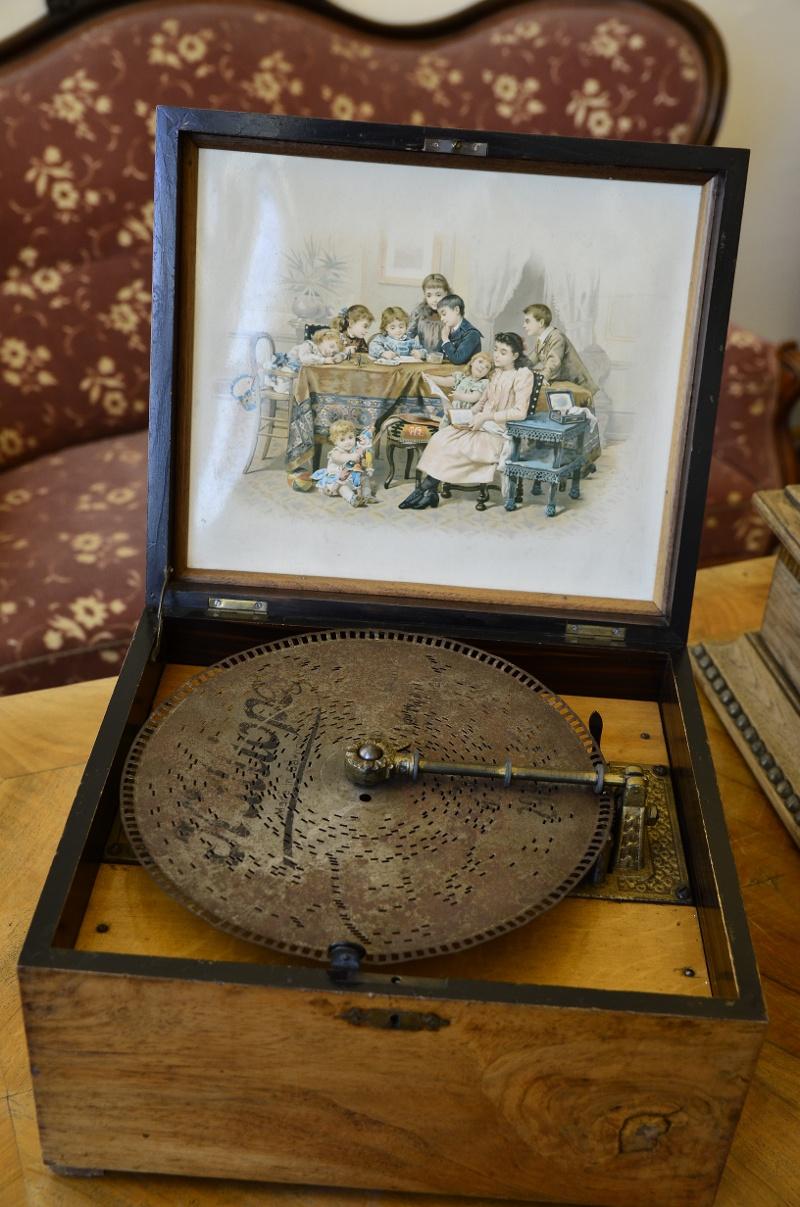 Foto: Grammophon mit Lochplatte im Kreismuseum Bitburg