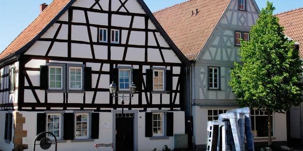 Kleinstadtidylle-Marktplatz mit Engel_Brunnen