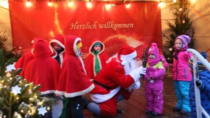 Der Weihnachtsmann kommt mit seine Wichteln