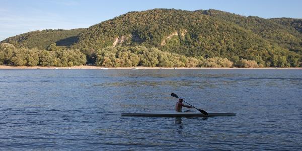 A Váci-Duna-ág, háttérben a Szentendrei-sziget és a Kis-Villám sziklái