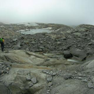 Im Gletschervorfeld des Schlegeiskees, ab dort nur noch vereinzelt Steinmänner. Wir haben den oberen Gletscher über den rechten Gletscherschliffrücken erreicht