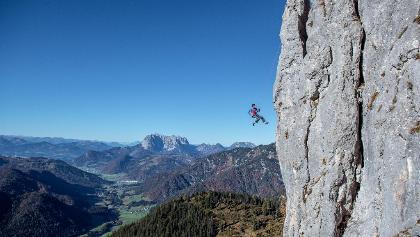 Klettern an der Steilwand der Steinplatte