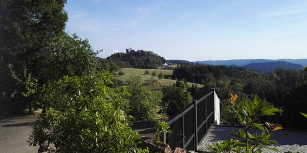 Blick zur Burgruine Hohengeroldseck