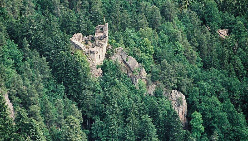 Familienrunde zur Burgruine Falkenstein