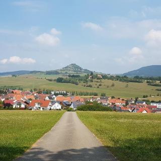 Blick zu Seitlingen-Oberfalcht mit Hohenkarpfen im Hintergrund