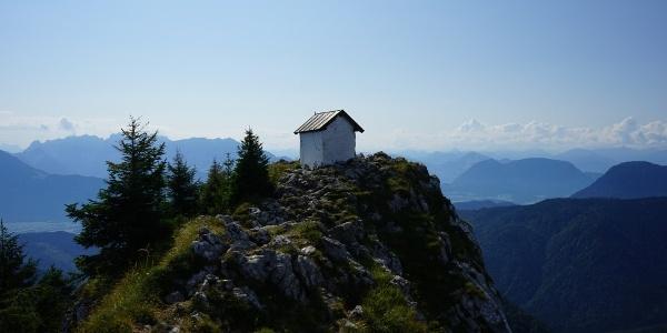 Blick vom Gipfelkreuz zur Brünnsteinkapelle und ins Inntal