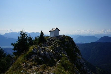 Blick zur Brünnsteinkapelle und ins Inntal