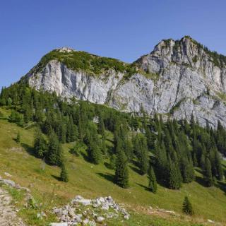 Roßstein (links) und Buchstein, in der Mitte die Tegernseer Hütte.