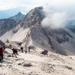 Von der Krottenkopfscharte sind es noch ca. 45 Minuten bis zum Gipfel, der Weg wird alpiner.