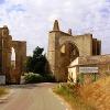 Strasse führt durch Ruine Kloster San Antón