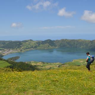 Blick vom Pico da Cruz auf die Caldera de Sete Cidades