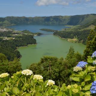 Blick vom Miradouro da Vista do Rei über Lagoa Verde und Lagoa Azul in der Caldera von Sete Cidades (Sao Miguel, Azoren)