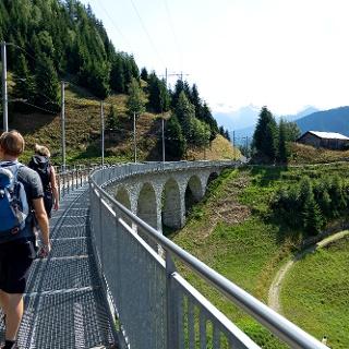 Wanderweg neben dem Gleis auf dem Bugnei-Viadukt.