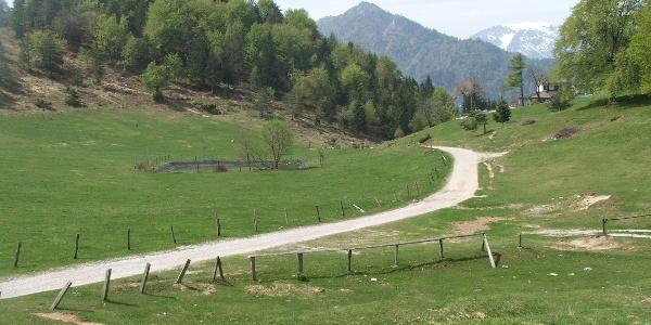 Il Rifugio degli Alpini di Passo Nota sullo sfondo