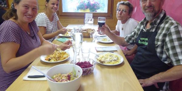 Patricia, Martina, Hüttenwirte Yvonne und Loris Sonzogni (v.l.)