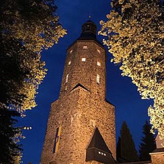 Kirche in Geyer bei Nacht