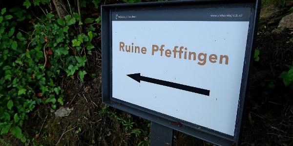 Wegweiser zur Ruine Pfeffingen.