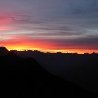 """Mit etwas Glück kann man am Abend von der Terrasse der Edelhütte aus ein außergewöhnliches Abendrot, bei Einheimischen auch """"Feuer am Himmel"""" genannt beobachten."""