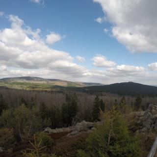 Blick von der Achtermannshöhe auf den Brocken (links) und den Wurmberg (rechts)