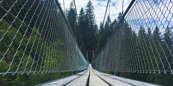 Ganz schön lang: die Gerüsttobelbrücke verbindet Pany mit dem Stelserberg