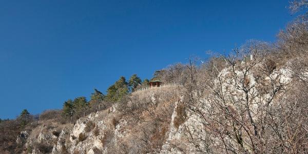 A Tettye fölé magasodó Balázs-pihenő sziklakilátója