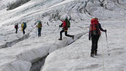 Im Abstieg auf dem Oberaargletscher. Das Springen über Gletscherspalten ist zur Routine geworden