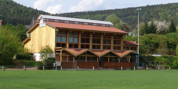 Sportplatz mit Dorfgemeinschaftshaus