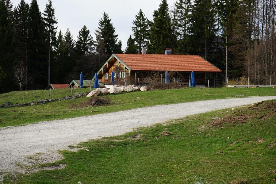 Durch einen kleinen Umweg kann bei der Frasdorfer Hütte eingekehrt werden