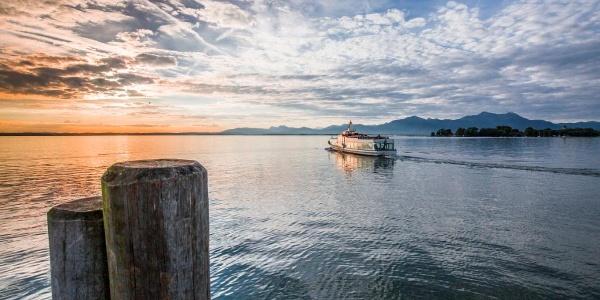Mit der Chiemsee-Schifffahrt geht es zur Herren- und Fraueninsel