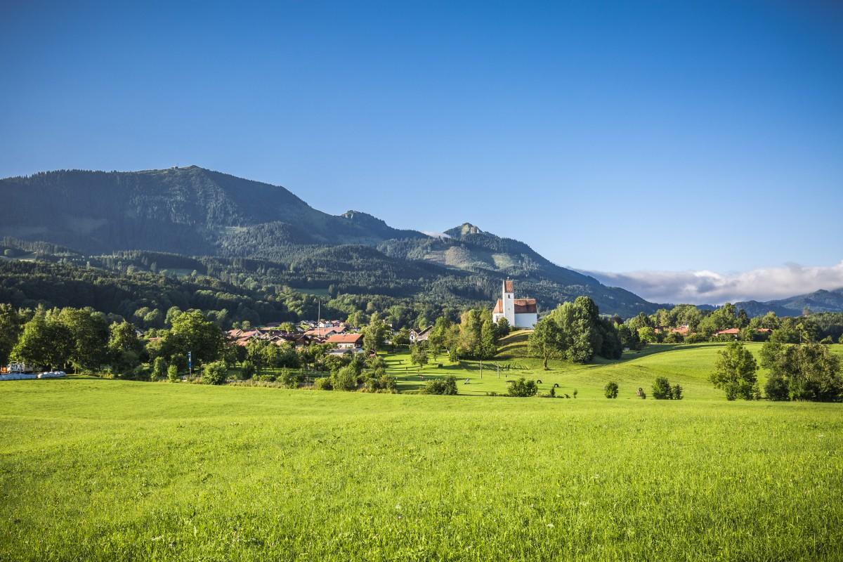 Blick auf Grainbach mit der Hochries im Hintergrund