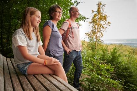 Wanderer am Traufpfad mit Blick auf Radolfzell