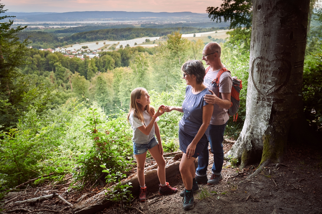 Wanderer auf dem Bodanrück mit Blick auf Radolfzell