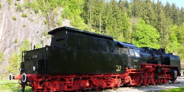 historische Dampflok 50 245 beim Bahnhof Triberg