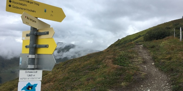 """2.10 km - Pfad bergauf folgen (""""Hermann Kreilinger-Steig"""")."""